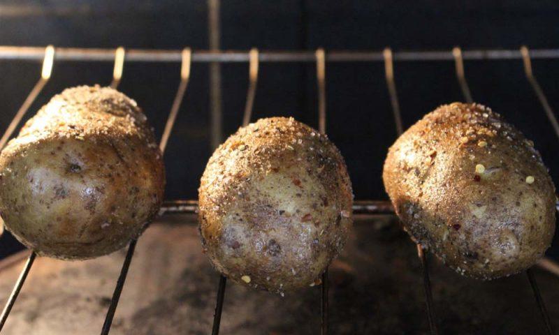 I segreti della cacio e pepe: la base per la nostra patata al cartoccio!